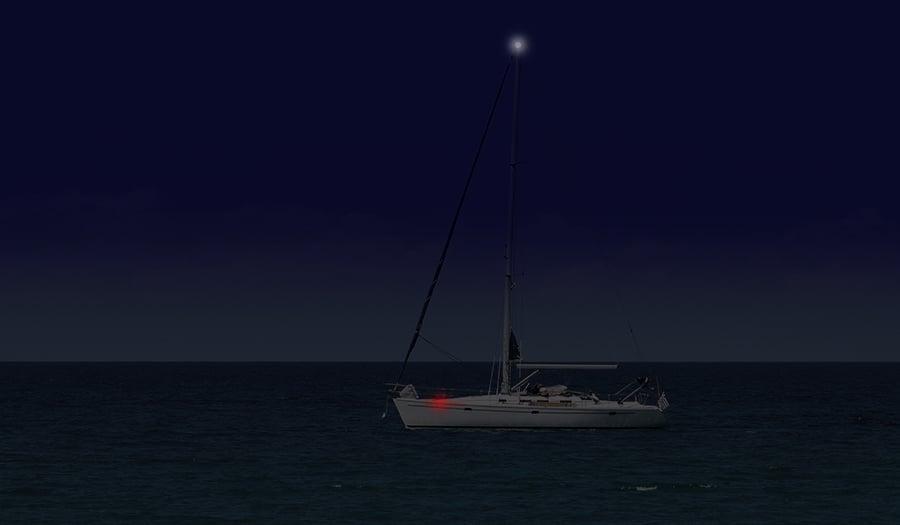 Seilbåt om natten med lanterner